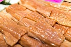 Κλείστε επάνω των λωρίδων σολομών που είναι εξαπλωμένων στον πάγο σε ένα ψάρι monger's Στοκ Φωτογραφίες