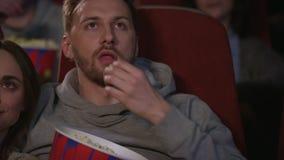 Κλείστε επάνω των νέων αντιμετωπίζει τον κινηματογράφο προσοχής στο θέατρο κινηματογράφων απόθεμα βίντεο
