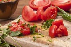 Κλείστε επάνω των ντοματών και του cilantro για το salsa Στοκ εικόνα με δικαίωμα ελεύθερης χρήσης