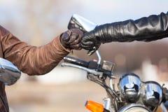 Κλείστε επάνω των ποδηλατών παραδίδει τα γάντια δέρματος με ξεπληρώνει το χαιρετισμό Στοκ φωτογραφία με δικαίωμα ελεύθερης χρήσης