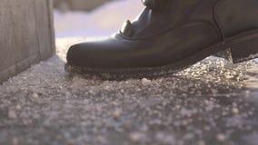 Κλείστε επάνω των ποδιών του πεζού περπατώντας στο αντιολισθητικό αντιδραστήριο στα βήματα απόθεμα βίντεο