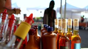Κλείστε επάνω των προϊόντων αγοράς των famer στην αγορά του αγρότη απόθεμα βίντεο
