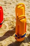 Κλείστε επάνω των σημαντήρων μιας διάσωσης στην άμμο μιας παραλίας στο Medite Στοκ Εικόνες