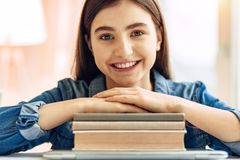 Κλείστε επάνω των στηργμένος χεριών έφηβη στα βιβλία Στοκ φωτογραφίες με δικαίωμα ελεύθερης χρήσης