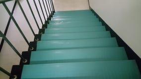 Κλείστε επάνω των σύγχρονων πράσινων σκαλοπατιών με την άνω πλευρά γωνιών στην οικοδόμηση απόθεμα βίντεο