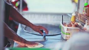 Κλείστε επάνω των ταϊλανδικών χεριών κατασκευάζοντας την τηγανίτα στην οδό Samui από την παραλία Ταϊλάνδη 1920x1080 απόθεμα βίντεο