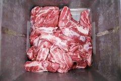 Κλείστε επάνω των φρέσκων ακατέργαστων περικοπών κρέατος αγελάδων, που αποθηκεύονται σε ένα κιβώτιο μετάλλων σε μια βιομηχανία ερ στοκ φωτογραφία με δικαίωμα ελεύθερης χρήσης