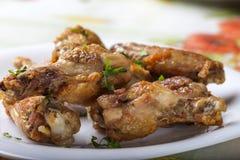 Κλείστε επάνω των φρέσκων ψημένων στη σχάρα τυμπανόξυλων κοτόπουλου με τα φύλλα μαϊντανού Στοκ Εικόνες