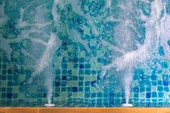 Κλείστε επάνω των φυσαλίδων και του ρεύματος στη λίμνη τζακούζι Στοκ φωτογραφία με δικαίωμα ελεύθερης χρήσης