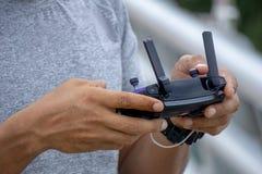 Κλείστε επάνω των χεριών ατόμων ` s κρατώντας το μακρινό ελεγκτή του κηφήνα ή UAV στοκ εικόνες