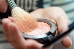 Κλείστε επάνω των χεριών γυναικών κρατώντας makeup τη βούρτσα και κοκκινίστε κιβώτιο στοκ φωτογραφία με δικαίωμα ελεύθερης χρήσης