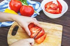 Κλείστε επάνω των χεριών γυναικών που μαγειρεύουν τη φυτική σαλάτα στην κουζίνα στον ξύλινο πίνακα Υγιές γεύμα, και χορτοφάγα τρό στοκ φωτογραφία με δικαίωμα ελεύθερης χρήσης