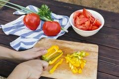 Κλείστε επάνω των χεριών γυναικών που μαγειρεύουν τη φυτική σαλάτα στην κουζίνα στον ξύλινο πίνακα Υγιές γεύμα, και χορτοφάγα τρό στοκ εικόνα με δικαίωμα ελεύθερης χρήσης