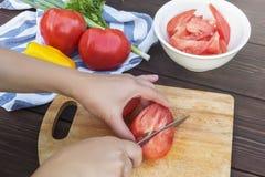 Κλείστε επάνω των χεριών γυναικών που μαγειρεύουν τη φυτική σαλάτα στην κουζίνα στον ξύλινο πίνακα Υγιές γεύμα, και χορτοφάγα τρό στοκ φωτογραφία