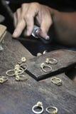 Κλείστε - επάνω των χεριών ενός jeweler που κάνει ένα δαχτυλίδι Στοά πολύτιμων λίθων στο νησί Phuket, Ταϊλάνδη Στοκ φωτογραφίες με δικαίωμα ελεύθερης χρήσης