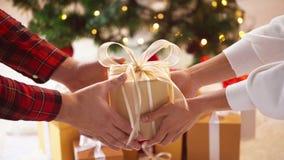 Κλείστε επάνω των χεριών ζευγών με το κιβώτιο δώρων Χριστουγέννων Στοκ φωτογραφία με δικαίωμα ελεύθερης χρήσης