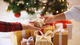 Κλείστε επάνω των χεριών ζευγών με το κιβώτιο δώρων Χριστουγέννων Στοκ εικόνα με δικαίωμα ελεύθερης χρήσης