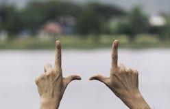 Κλείστε επάνω των χεριών κάνοντας τη χειρονομία πλαισίων Κλείστε επάνω των χεριών γυναικών κάνοντας τη χειρονομία πλαισίων με το  στοκ φωτογραφία με δικαίωμα ελεύθερης χρήσης