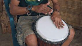 Κλείστε επάνω των χεριών παίζοντας το τύμπανο Djembe απόθεμα βίντεο