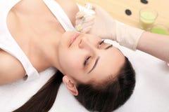 Κλείστε επάνω των χεριών του cosmetologist που κάνει botox την έγχυση στο FEM στοκ εικόνα