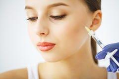 Κλείστε επάνω των χεριών του cosmetologist που κάνει botox την έγχυση στο FEM στοκ φωτογραφίες