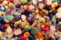 Κλείστε επάνω των χρωματισμένων cristal βράχων Στοκ Εικόνες