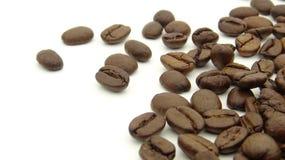 Κλείστε επάνω των ψημένων φασολιών καφέ στο άσπρο υπόβαθρο στοκ φωτογραφίες με δικαίωμα ελεύθερης χρήσης