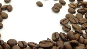 Κλείστε επάνω των ψημένων φασολιών καφέ στο άσπρο υπόβαθρο στοκ φωτογραφία με δικαίωμα ελεύθερης χρήσης