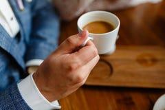 Κλείστε επάνω των όπλων της επιτυχούς επιχείρησης που διοργανώνει μια επιχειρησιακή συνεδρίαση με τον πελάτη του στον καφέ Το άτο στοκ εικόνες