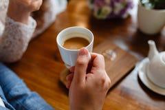Κλείστε επάνω των όπλων της επιτυχούς επιχείρησης που διοργανώνει μια επιχειρησιακή συνεδρίαση με τον πελάτη του στον καφέ Το άτο στοκ εικόνες με δικαίωμα ελεύθερης χρήσης