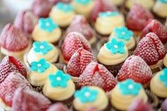 Κλείστε επάνω των strawberrys και των μίνι φλυτζανιών Στοκ Εικόνες
