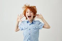 Κλείστε επάνω χαρούμενος λίγο αγόρι πιπεροριζών με τις φακίδες που πηδά στο τραμπολίνο με το ανοιγμένο στόμα στα γενέθλια φίλων ` στοκ εικόνες με δικαίωμα ελεύθερης χρήσης