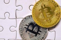Κλείστε επάνω χρυσό και ασημένιο Bitcoin, εκλεκτικός που στρέφεται στο έδαφος τορνευτικών πριονιών Ηλεκτρονική έννοια χρημάτων κα Στοκ Εικόνα