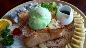Κλείστε επάνω ψημένο το μέλι κάλυμμα με το παγωτό και διακοσμήστε με Στοκ Εικόνα
