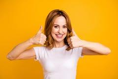 Κλείστε επάνω όμορφο οδοντωτό όμορφο φωτογραφιών αυτή τα δάχτυλα αντίχειρων χεριών όπλων γυναικείας λαβής της το επάνω που σύντομ στοκ φωτογραφία με δικαίωμα ελεύθερης χρήσης