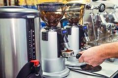Κλείστε επάνω Barista παίρνει το άλεσμα καφέ στην ομάδα, προετοιμάζεται στην παρασκευή του πυροβολισμού espresso Εκλεκτική εστίασ στοκ φωτογραφία με δικαίωμα ελεύθερης χρήσης