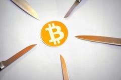 Κλείστε επάνω Bitcoin που περιβάλλεται από πέντε επιτιθειμένος knifes στοκ φωτογραφία
