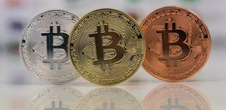 Κλείστε επάνω Bitcoins, χρυσός bitcoin, ασημένιοι bitcoin και χαλκός bitcoin με το θολωμένο υπόβαθρο των παγκόσμιων σημαιών Ανταν Στοκ φωτογραφίες με δικαίωμα ελεύθερης χρήσης
