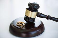 Κλείστε επάνω gavel δικαστών αποφασίζοντας σχετικά με το διαζύγιο γάμου και το gol δύο στοκ εικόνες με δικαίωμα ελεύθερης χρήσης