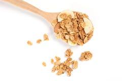 Κλείστε επάνω Granola στο ξύλινο κουτάλι που απομονώνεται στο άσπρο backgroun Στοκ φωτογραφία με δικαίωμα ελεύθερης χρήσης
