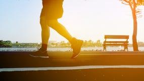 Κλείστε επάνω Jogging με στο πάρκο στοκ εικόνες