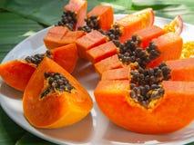 Κλείστε επάνω papaya των φετών στο άσπρο πιάτο r στοκ φωτογραφίες με δικαίωμα ελεύθερης χρήσης