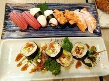 Κλείστε επάνω sashimi των σουσιών που τίθενται με chopsticks και τη σόγια Στοκ Φωτογραφία