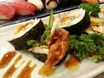 Κλείστε επάνω sashimi των σουσιών που τίθενται με chopsticks και τη σόγια Στοκ εικόνες με δικαίωμα ελεύθερης χρήσης