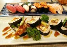 Κλείστε επάνω sashimi των σουσιών που τίθενται με chopsticks και τη σόγια Στοκ φωτογραφία με δικαίωμα ελεύθερης χρήσης