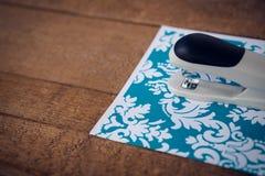 Κλείστε επάνω stapler σε διαμορφωμένο χαρτί Στοκ Εικόνα