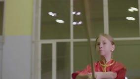 Κλείστε επάνω tai wushu επίθεσης λογχών άποψης chi το κορίτσι στα κόκκινα κινεζικά παραδοσιακά ενδύματα απόθεμα βίντεο