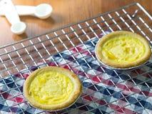 Κλείστε επάνω tarts αυγών στην ψύξη του ραφιού Ξύλινη ανασκόπηση Πορτογαλικά Tarts αυγών, είναι ένα είδος κρέμας ξινό Στοκ Εικόνες