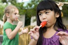 κλείστε να φάει τον παιδι Στοκ εικόνα με δικαίωμα ελεύθερης χρήσης