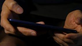 Κλείστε τα δάχτυλα των γυναικών καταναλώνει το smartphone στη νύχτα κορίτσι που κοιτάζει βιαστικά Διαδίκτυο σε ένα κινητό τηλέφων απόθεμα βίντεο